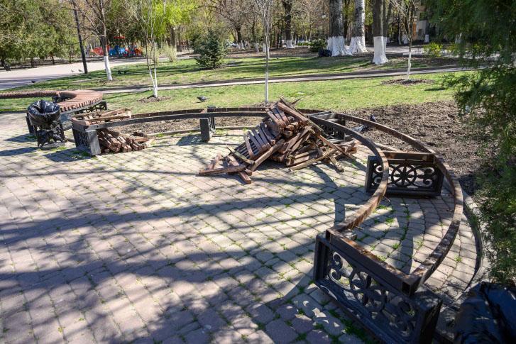 Ростовские власти рассказали почему разбирают лавочки в центре города